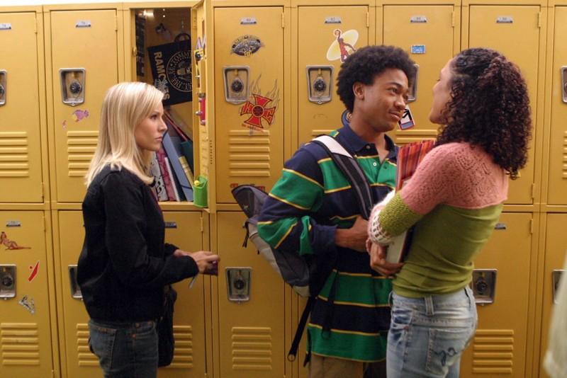 Kristen Bell osserva Percy Daggs III e Tessa Thompson in una scena della puntata 'Il mostro dagli occhi verdi' di Veronica Mars