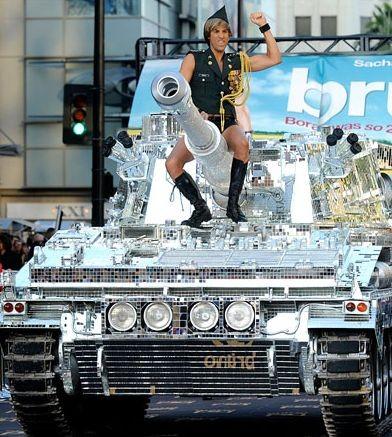 Brüno (Sacha Baron Cohen) conquista Los Angeles su uno scintillante carro armato.