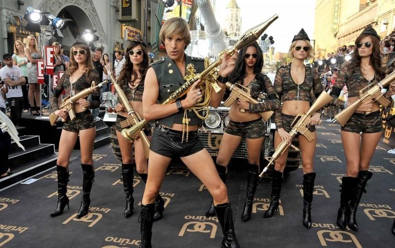 Brüno! (Sacha Baron Cohen) insieme a un gruppo di volitive soldatesse irrompe a Los Angeles per la premiere del film
