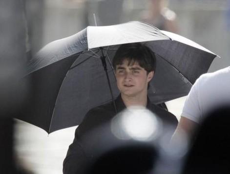 Daniel Radcliffe sul set londinese di 'Harry Potter e i doni della morte - parte 1'