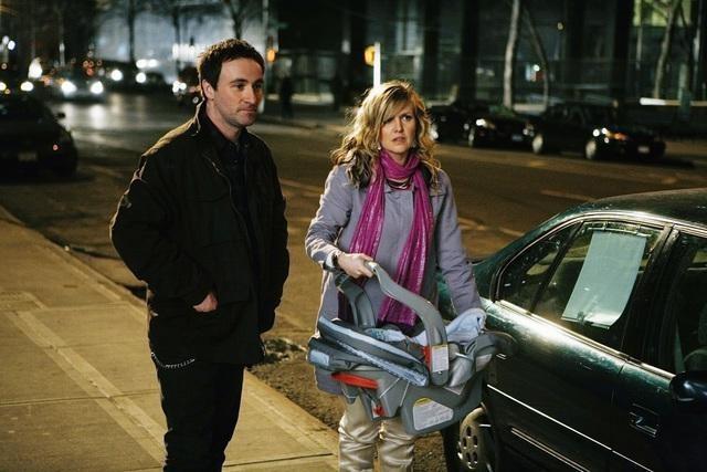 Derek Riddell ed Ashley Jensen in una scena dell'episodio The Born Identity di Ugly Betty