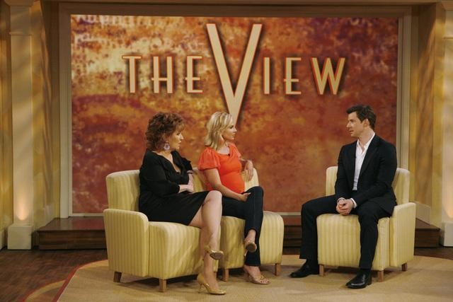 Joy Behar, Elisabeth Hasselbeck ed Eric Mabius nell'episodio The Fall Issue di Ugly Betty