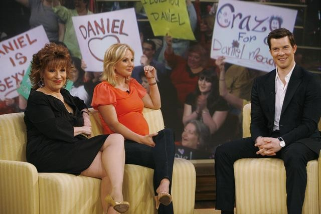 Joy Behar, Elisabeth Hasselbeck ed Eric Mabius nel finale della terza stagione di Ugly Betty