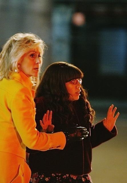 Judith Light ed America Ferrera in una scena dell'episodio The Born Identity di Ugly Betty