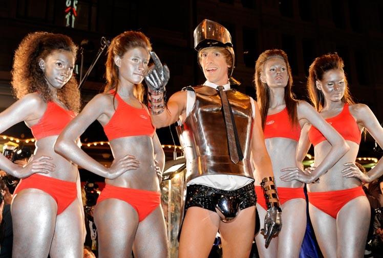 Sacha Baron Cohen a Sidney durante il tour promozionale di Brüno con un'armatura tres chic, sulla quale spicca addirittura la cravatta