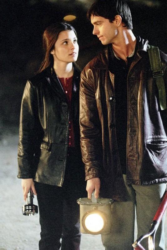 Shiri Appleby e Jason Behr in un'immagine per l'episodio 'Amore alieno' di Roswell