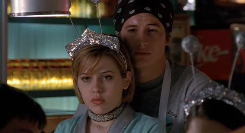 Brendan Fehr e Majandra Delfino preoccupati in una scena della puntata 'Il simbolo' del telefilm Roswell