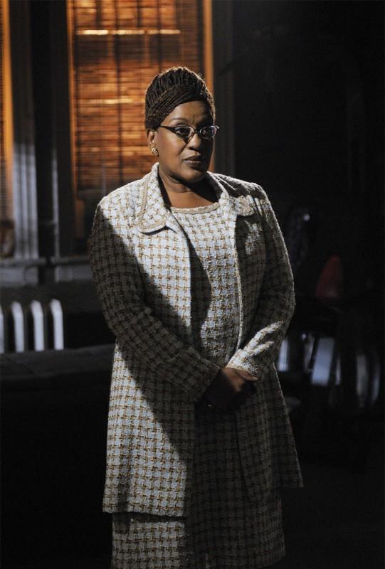 CCH Pounder in una scena del pilot della serie Warehouse 13