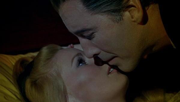 Christopher Lee e Veronica Carlson in una scena del film Le amanti di Dracula