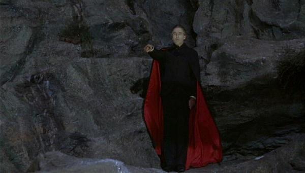 Christopher Lee in una scena del film Le amanti di Dracula