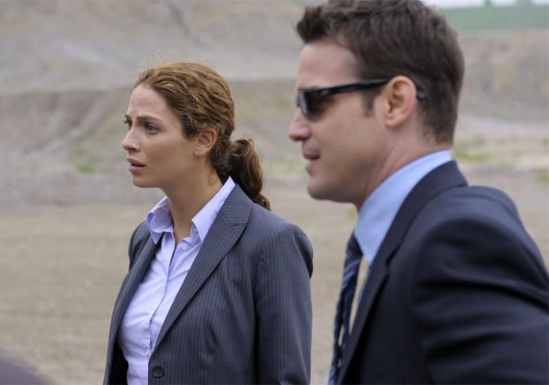 Eddie McClintock e Joanne Kelly in un momento del pilot della serie Warehouse 13