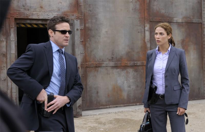 Eddie McClintock e Joanne Kelly in una scena del pilot della serie Warehouse 13