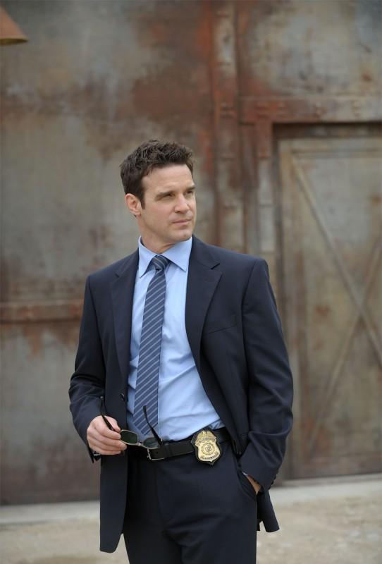 Eddie McClintock in una scena del pilot della serie Warehouse 13