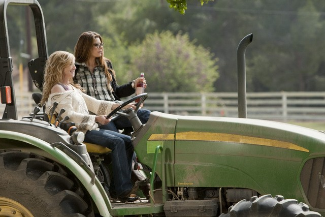 Holly Hunter e Laura San Giacomo in una scena dell'episodio Watch Siggybaby Burn di Saving Grace