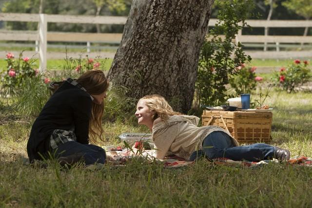 Holly Hunter e Laura San Giacomo nell'episodio Watch Siggybaby Burn di Saving Grace