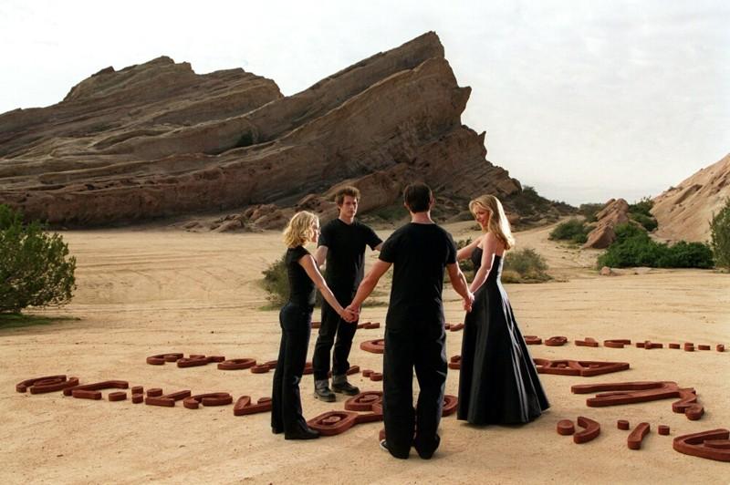 I quattro fratelli alieni con l'aggiunta di Tess(Emilie de Ravin) nell'episodio 'Il simbolo' del telefilm Roswell