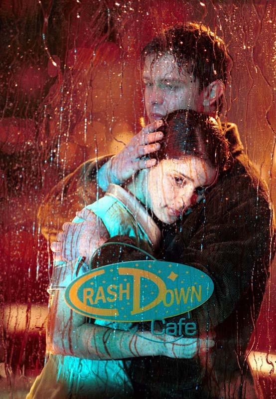 Jason Behr abbraccia Shiri Appleby nella puntata 'Tess, bugie e videotape' della serie Roswell