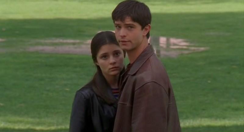 Jason Behr con Shiri Appleby nella puntata 'Il simbolo' del telefilm Roswell