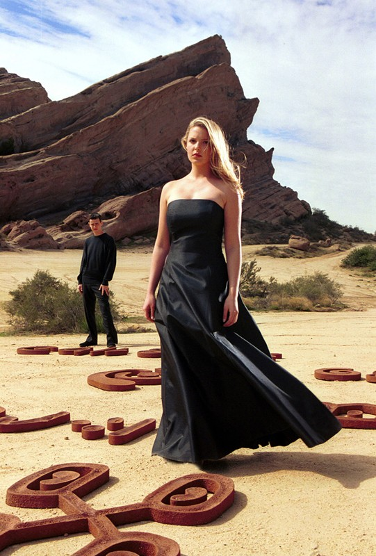 Katherine Heigl in un'a scena del suo sogno con Colin Hanks nella puntata 'Il simbolo' del telefilm Roswell