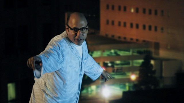 La guest star Willie Garson in una scena dell'episodio Rainy Days di Mental