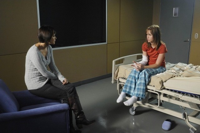 Marisa Ramirez ed Allison Scagliotti in una scena dell'episodio House of Mirrors della serie Mental