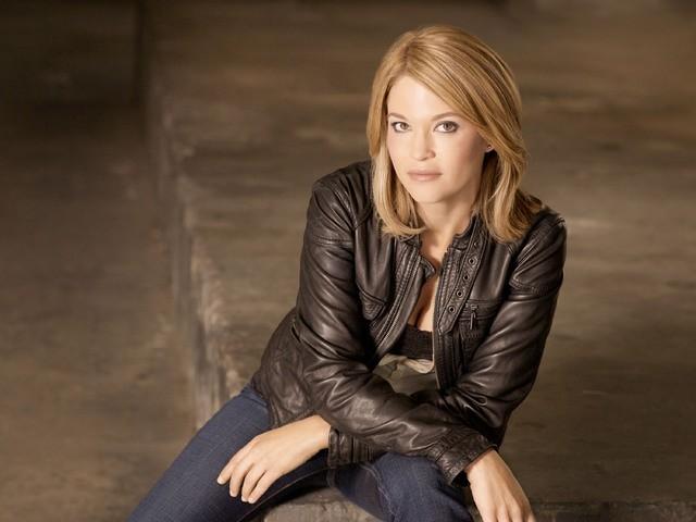 Nicki Lynn Aycox in una foto promozionale della serie Dark Blue
