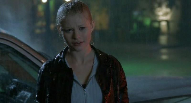 Tess Harding (Emilie de Ravin) sotto la pioggia, aspetta Max, nell'episodio 'Tess, bugie e videotape' di Roswell