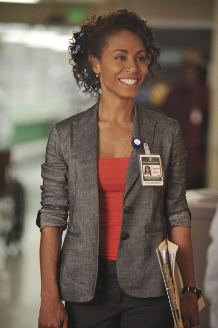 Una sorridente Jada Pinkett Smith in una scena dell'episodio Yielding di Hawthorne