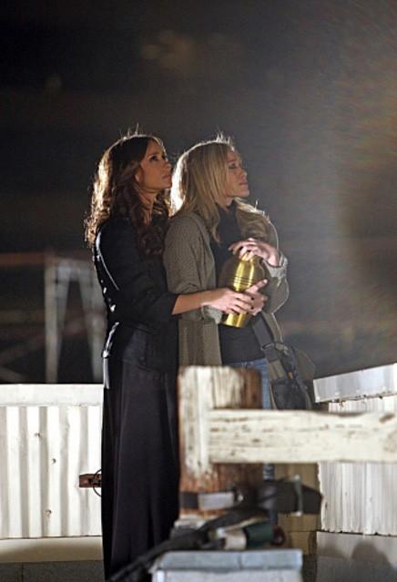 Jennifer Love Hewitt e Hilary Duff in una scena dell'episodio Thrilled to Death della quarta stagione di Ghost Whisperer