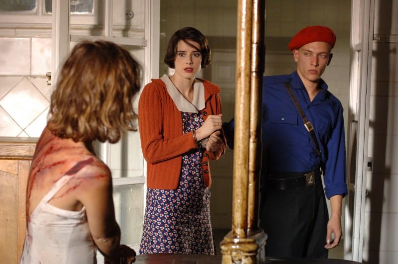 Una scena del dramma Le tredici rose (2007)