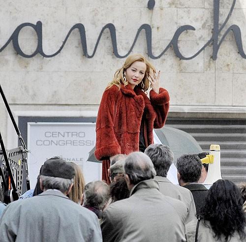 Violante Placido nei panni di Moana durante le riprese di un discorso pubblico per il Partito dell'Amore