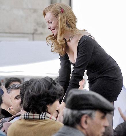 Violante Placido nei panni di Moana Pozzi durante le riprese di un discorso pubblico per il Partito dell'Amore