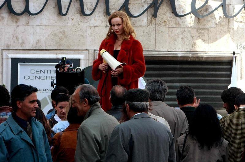 Violante Placido nei panni di Moana Pozzi gira la scena della candidatura per il Partito dell'Amore