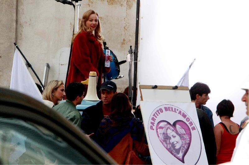 Violante Placido sul set di Moana gira la scena della candidatura per il Partito dell'Amore