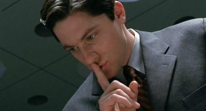 L'Agente Daniel Pierce (David Conrad) in una scena dell'episodio 'La stanza bianca' della serie Roswell