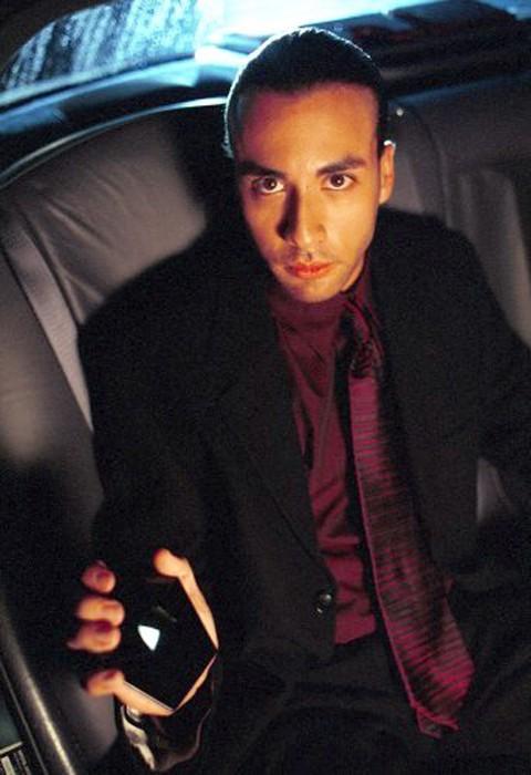 Un'immagine della 'Special Guest Star' Howie Dorough (Alien) nell'episodio 'Destino' della serie Roswell