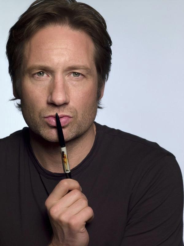 David Duchovny in una foto promo con penna, per la stagione 1 di Californication