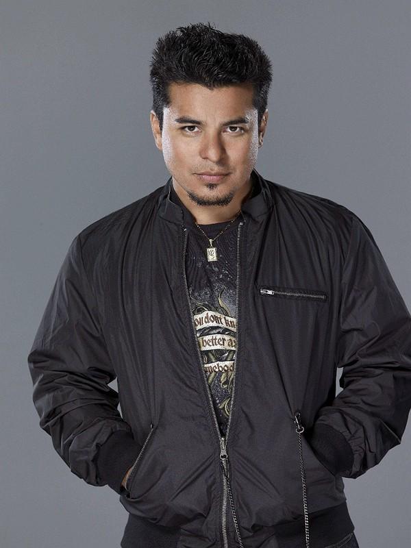 Jacob Vargas in un'immagine promo della prima stagione di Moonlight