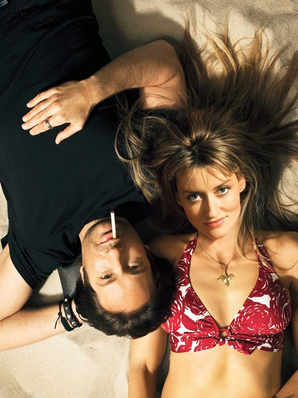 Natascha McElhone e David Duchovny in una foto promo per la season 2 della serie Californication