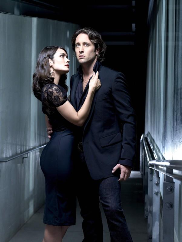 Un'immagine promozionale di Shannyn Sossamon e Alex O'Loughlin per la serie tv Moonlight