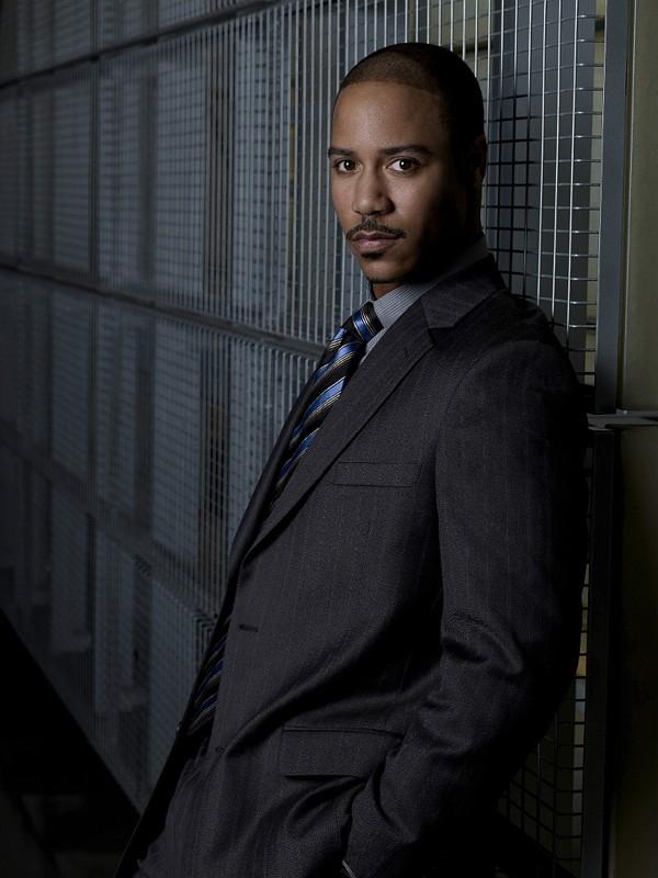 Una foto promo di Brian J. White che interpreta il Tenente Carl Davis, nella serie tv Moonlight