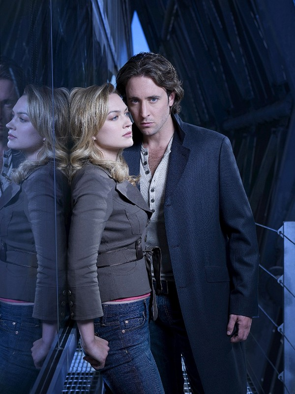 Una foto promo di Sophia Myles e Alex O'Loughlin per la serie tv Moonlight
