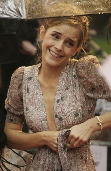 Emma Watson, star di Harry Potter e il Principe Mezzosangue, alle prese con il vestito in occasione della premiere di Harry Potter e il principe mezzosangue