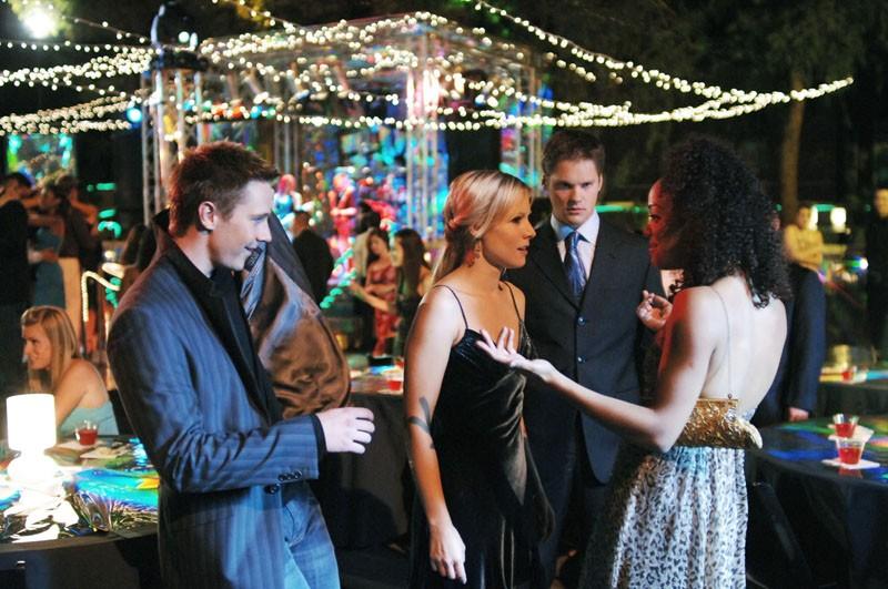 Jason Dohring, Kristen Bell, Tessa Thompson e Teddy Dunn in una scena della puntata 'Visita dal passato' di Veronica Mars
