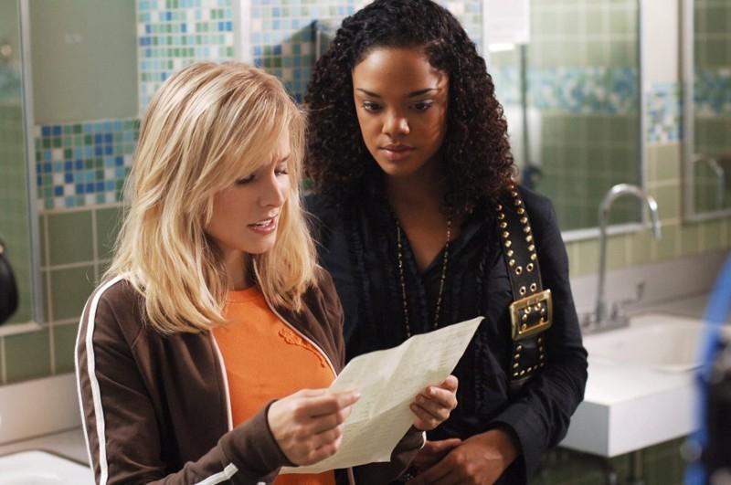 Kristen Bell aiuta Tessa Thompson in una scena della puntata 'Visita dal passato' di Veronica Mars