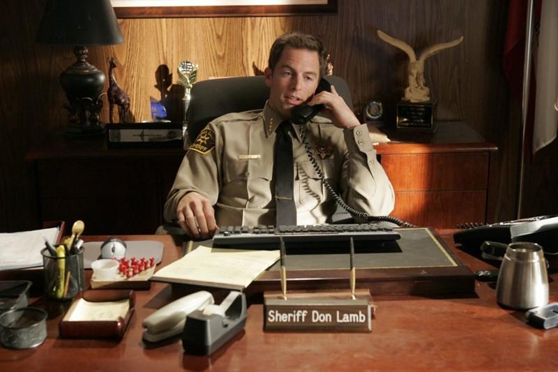 Sceriffo Don Lamb (Michael Muhney) seduto alla sua scrivania nell'episodio 'Il rapimento' di Veronica Mars