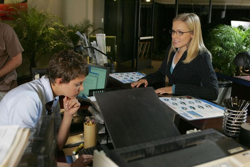 Veronica Mars (Kristen Bell) durante un'indagine nella puntata 'Verso la luce' di Veronica Mars