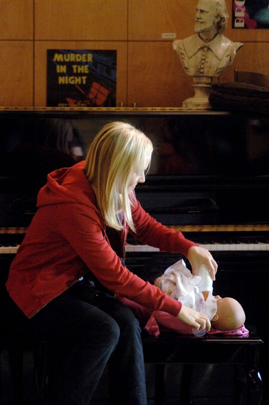Veronica Mars (Kristen Bell) mentre accudisce il bambolotto in una scena della puntata 'Abbandonata' di Veronica Mars
