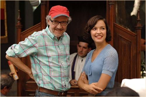 Il regista Emilio Martínez Lázaro e Veronica Sanchez sul set del film Le tredici rose