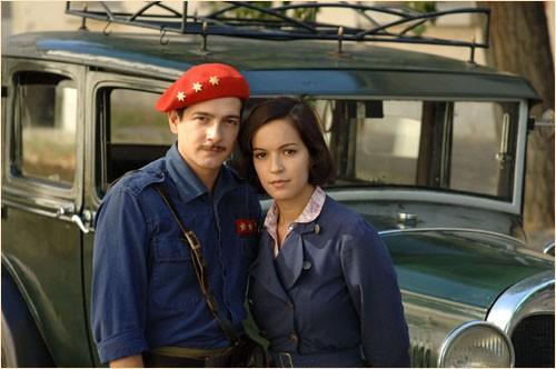 L'attrice Veronica Sanchez accanto a Felix Gomez in una immagine del film Le tredici rose, diretto da Emilio Martínez Lázaro